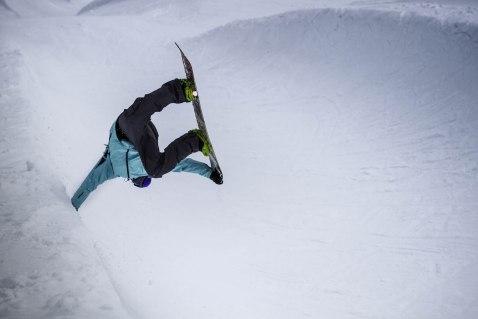 severinwegenerphoto-snow-penkenpark-zillertal-vincent-handplant-winter